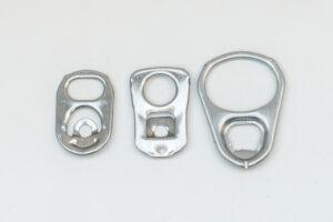 Drei verschiedene Dosenclips von Getränke- oder Konservendosen in leicht unterschiedlichen Formen und Größen.