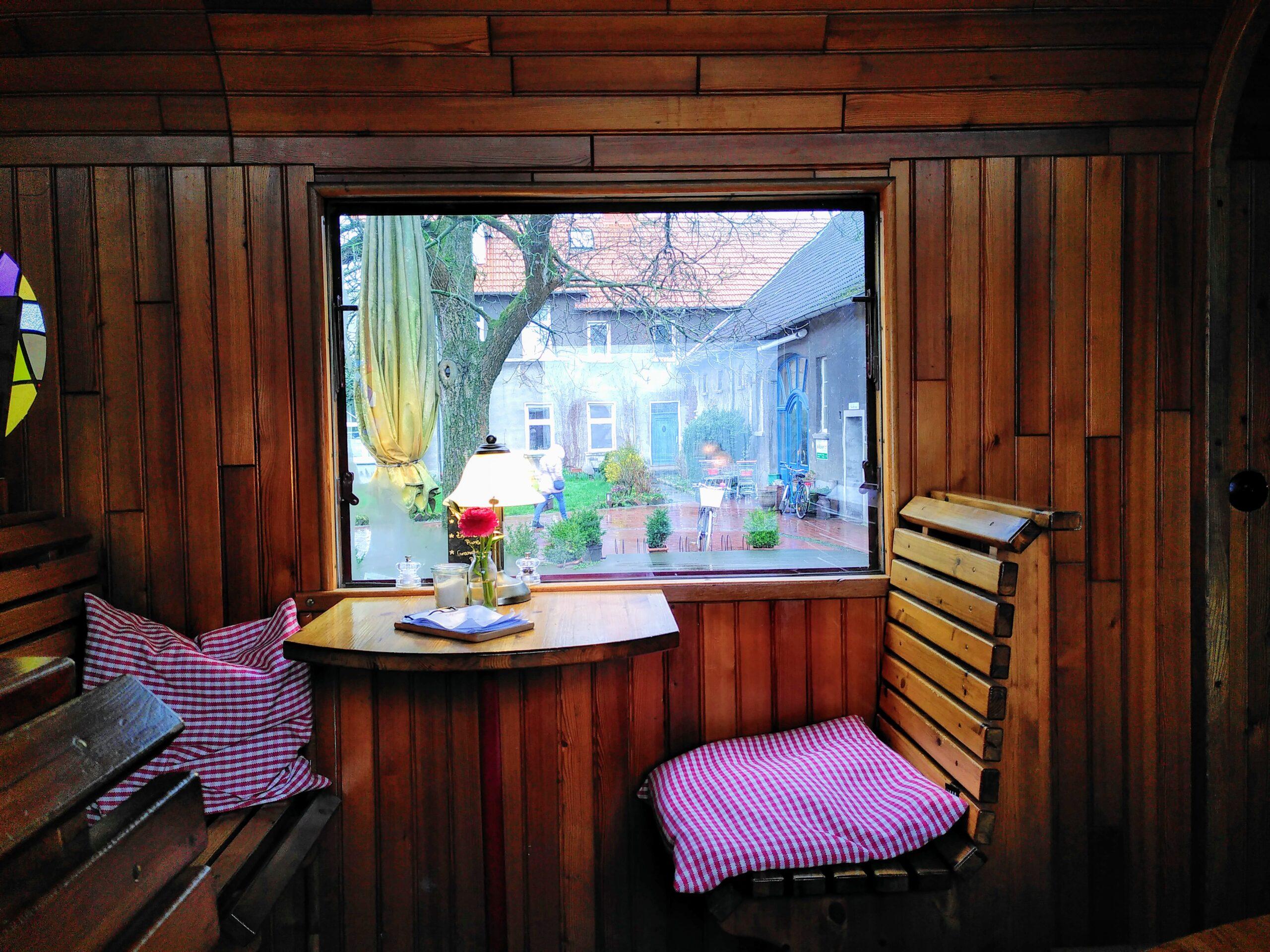 Foto vom Inneren des Café im Zirkuswagen mit Blick aus dem Fenster