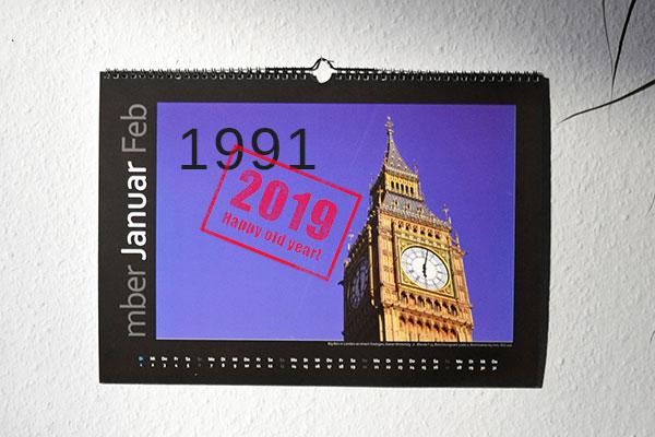 """Wandkalender von 1991 mit Stempel """"2019 - Happy old year"""""""
