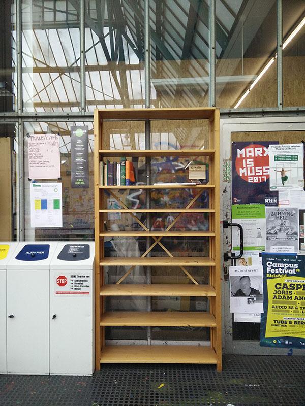 Bücherschrank in der Uni Bielefeld