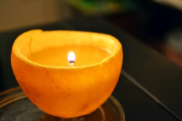 Kerze aus einer Orangenhälfte