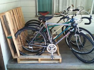 Fahrradständer aus alten Euro-Paletten