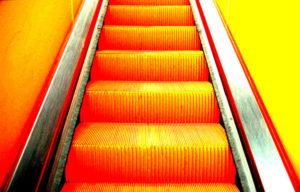Orange leuchtende Rolltreppe an der Zeche Zollverein