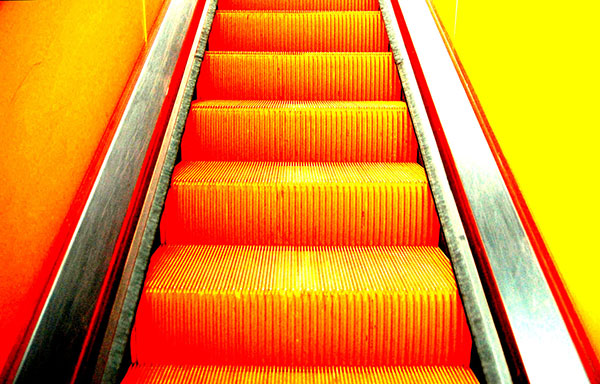 Orange leuchtende Rolltreppe an der Zeche Zollverein