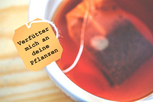 """Teebeutel in einer Tasse. Auf dem Etikett steht: """"Verfütter mich an deine Pflanzen"""""""