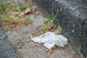 Einmal-Plastikhandschuh am Straßenrand