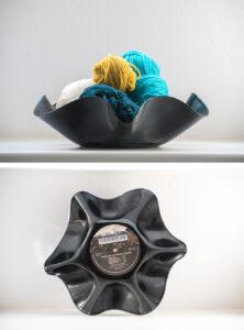 Eine dekorative, gewellte Schale aus einer alten Schallplatte