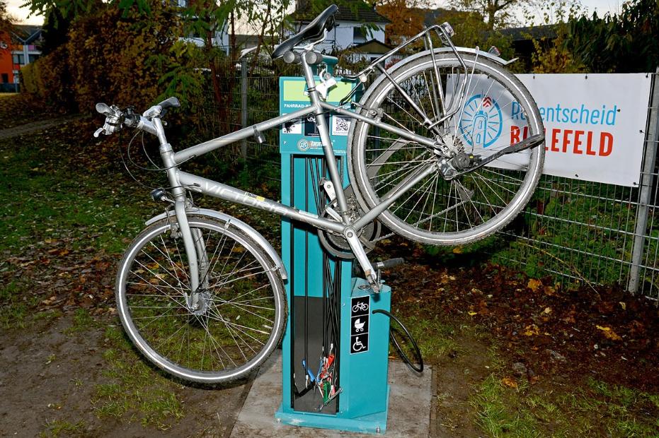 Ein Fahrrad ist auf die Reparaturstation aufgebockt