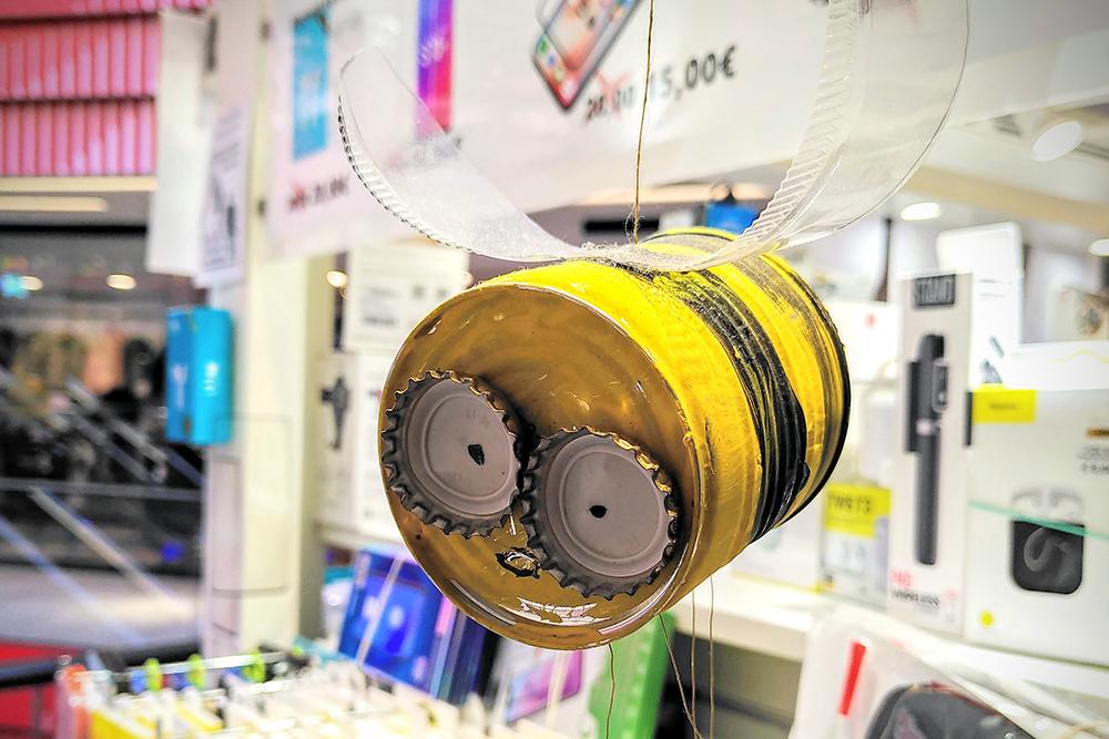 Biene, gebastelt aus einer Blechdose, Kronkorken und Plastikflasche