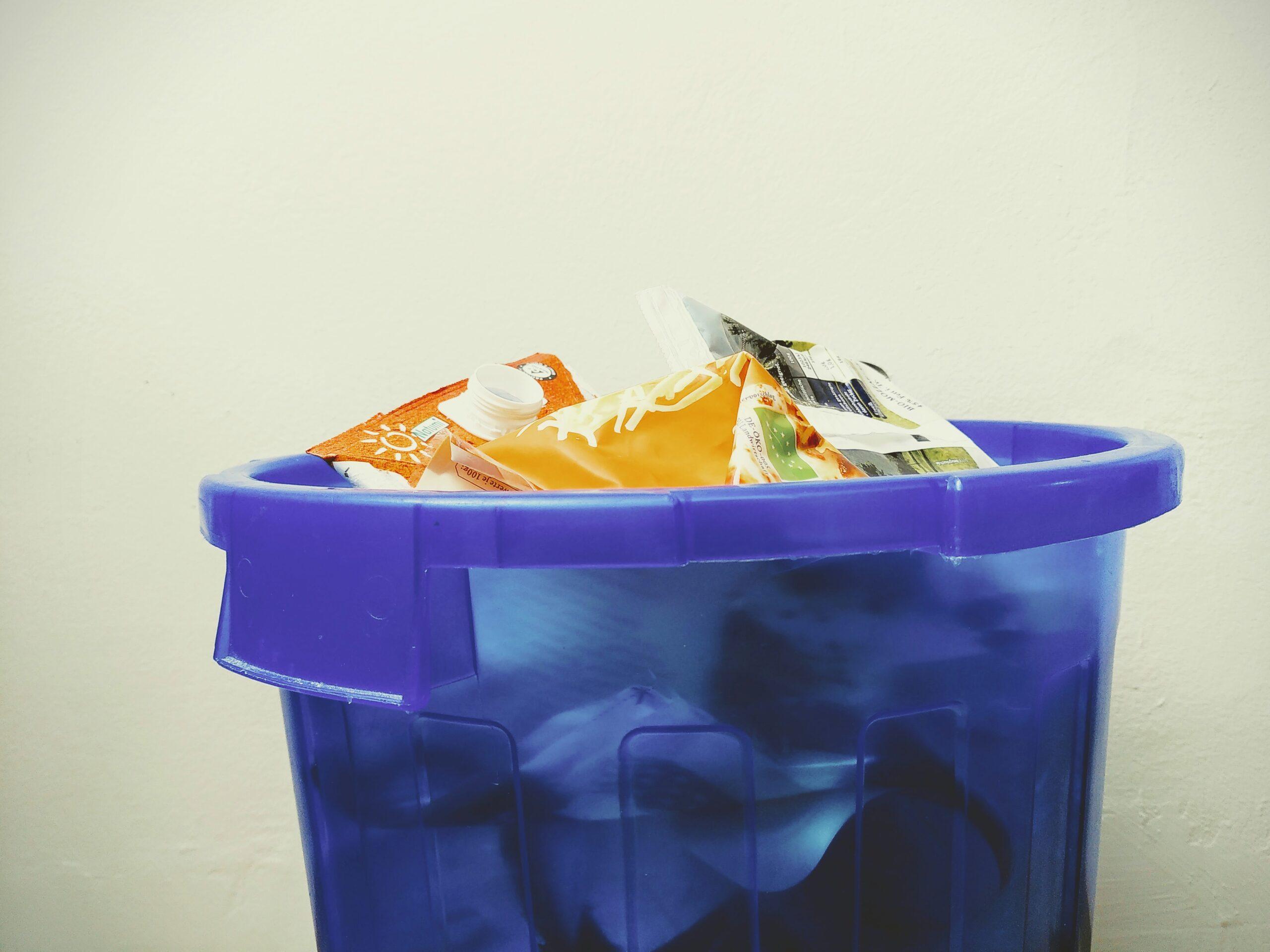 Mülleimer voller Plastikmüll