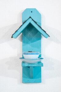 Vogelfutterhaus aus Holz und Porzellantasse