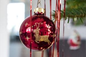 Weihnachtsbaumkugel am Baum
