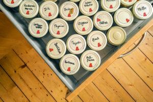 Eine geöffnete Küchenschublade mit verschiedenen Gläsern, in denen Gewürze aufbewahrt werden