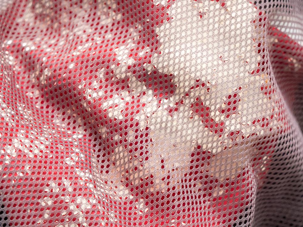 Die Plastikbeschichtung einer Outdoor-Jacke bröckelt und wird zu Mikroplastik