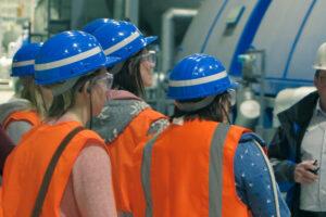 Menschen in Warnwesten, die an einer Führung durch das Kohlekraftwerk Hamm teilnehmen