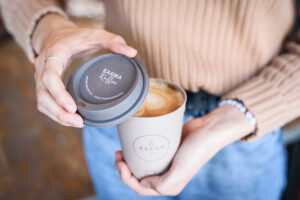 Ein Coffee-To-Go in einem Recup-Pfandbecher mit Deckel.